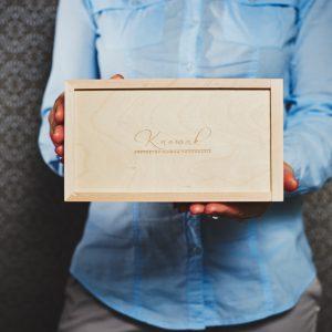 Pudełko drewniane na odbitki 10x15, przykładowy grawer na wieku.