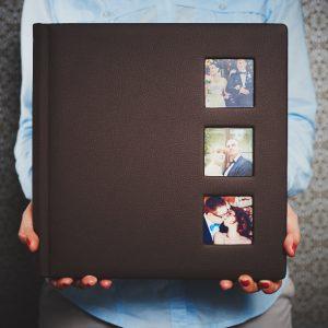 Fotoalbum 30x30 z okienkami na zdjęcia