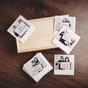 Pudełko drewniane na fotografie 10x15 i przykładowe winietki dla gości.