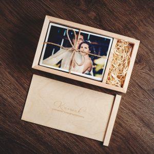 Pudełko drewniane na odbitki 10x15 z przykładowymi fotografiami. Brak pendirve'a na zdjęciu.