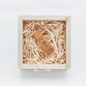 Pendrive w ciemnym drewnie bambusowym.