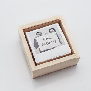Pudełko drewniane na odbitki 10x10, na zdjęciu widoczne winietki o rozmiarach 8,5 x 8,5.