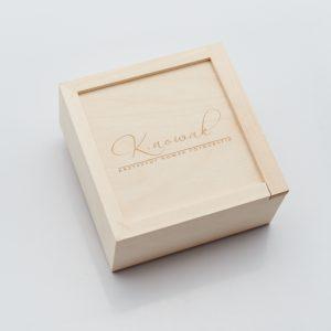 Pudełko drewniane na nośnik danych. Wieko z przykładowym grawerem.