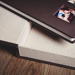 Wysokość pudełka dopasowana do albumu.